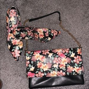 **DYNAMIC DUO** Floral pumps w/the matching purse